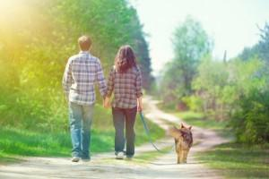 couple et leur chien en promenade