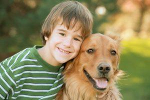 petit garçon avec son chien